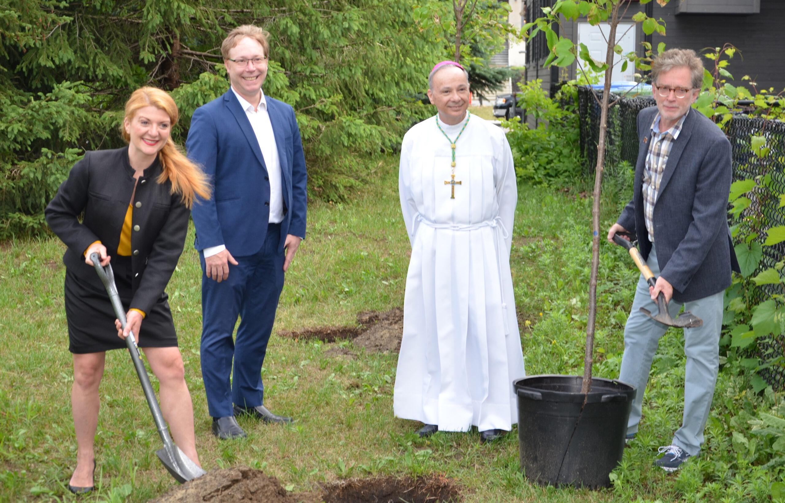 Le dimanche 27 juin 2021, la mairesse Janice Bélair-Rolland, Mgr Raymond Poisson et le président de HAL, Henri Prévost, ont dévoilé le panneau commémoratif, au parc de la Cathédrale.